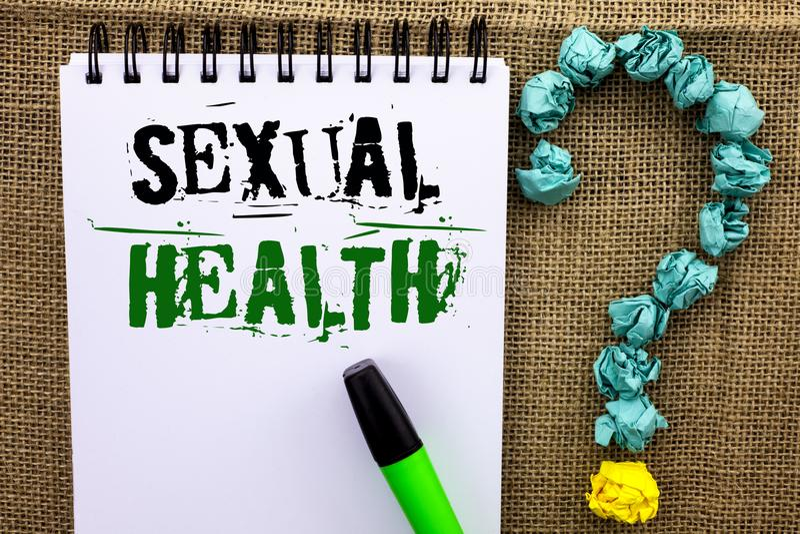 Skriva anmärkningen som visar sexuell hälsa Affärsfotoet som ställer ut vanor för skydd för STD-förhindrandebruk sunda, könsbestä royaltyfria bilder