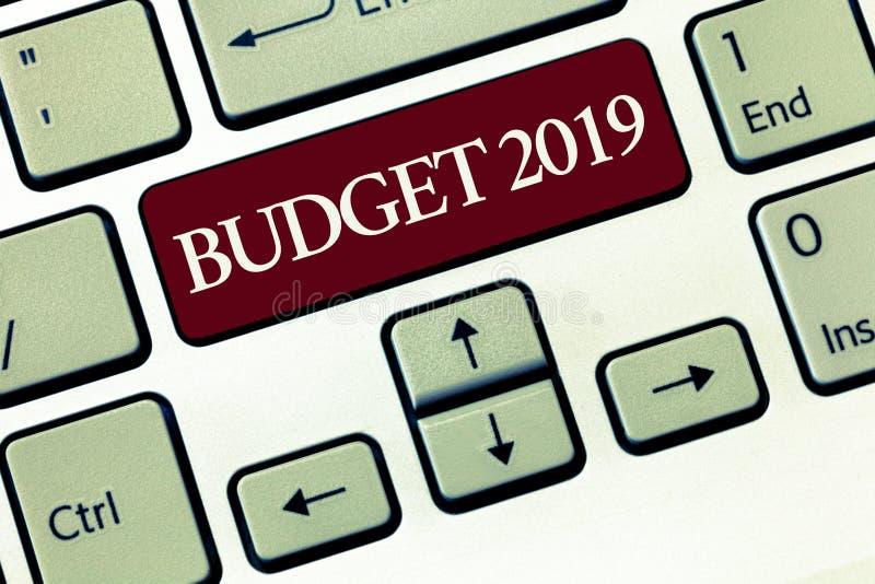 Skriva anmärkningsvisning budgetera 2019 Affärsfoto som ställer ut bedömningen för nytt år av inkomster och det finansiella plane arkivbilder