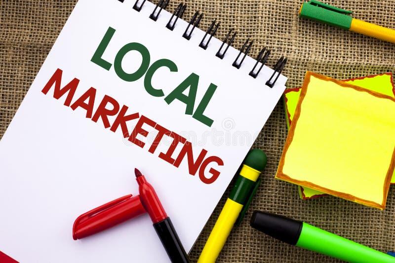 Skriva anmärkningsvisning lokal marknadsföring Affärsfoto som lokalt ställer ut skriftliga regionala meddelanden för advertizingr royaltyfria bilder