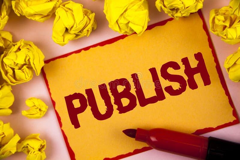 Skriva anmärkningsvisning publicera Att ställa ut för affärsfoto gör information tillgänglig till folkfrågan en skriftlig skriftl royaltyfri bild