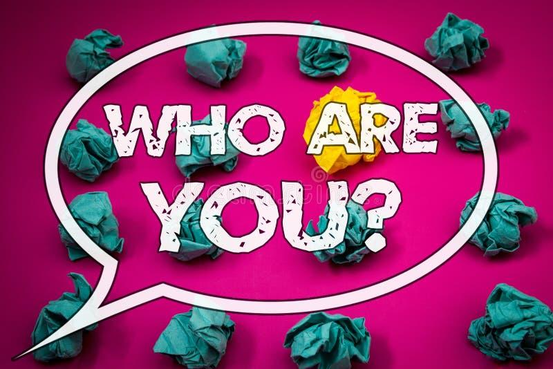Skriva anmärkningsvisning som är dig frågan Att ställa ut för affärsfoto introducerar eller identifierar sig berättar din personl royaltyfri bild