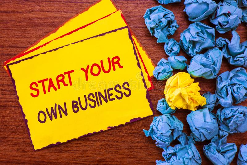 Skriva anmärkningsvisning starta din egen affär Affärsfoto som ställer ut företagsamt företag som en start skriver in in i handel royaltyfri fotografi