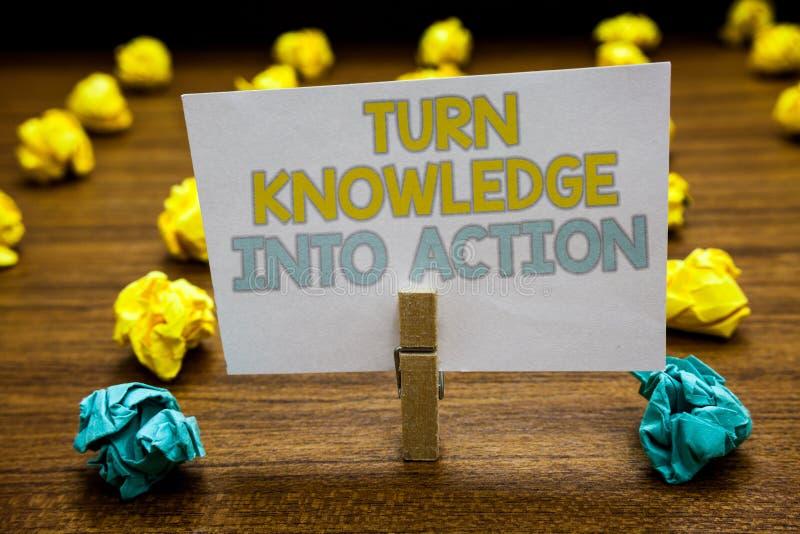 Skriva anmärkningsvisning vänd kunskap in i handling Att ställa ut för affärsfoto applicerar vad du har lärda ledarskapstrategier arkivbild