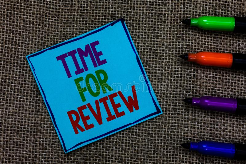 Skriva anmärkningsvisningen Tid för granskning Affärsfoto som ställer ut Rate Assess Blue för kapacitet för utvärderingsåterkoppl fotografering för bildbyråer