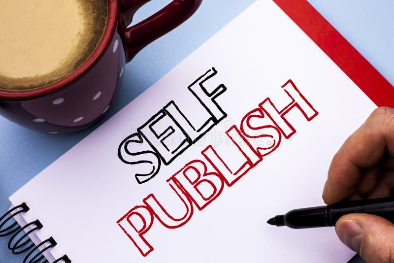 Skriva anmärkningsvisningsjälv publicera Affärsfotoet som ställer ut publikationen, skriver skriftliga fakta för journalistikmanu fotografering för bildbyråer