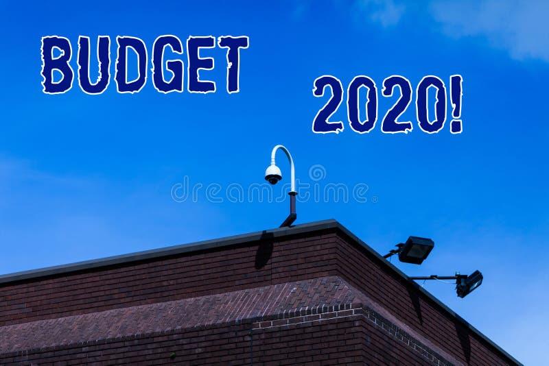 Skriva anm?rkningsvisningbudgeten 2020 Aff?rsfoto som st?ller ut bed?mningen av inkomst och f?rbrukning f?r det n?sta eller aktue royaltyfria foton
