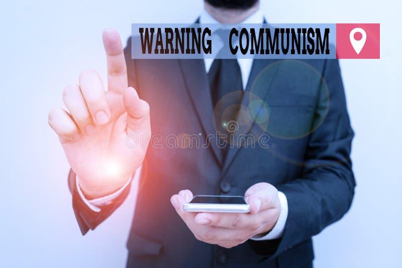 Skriva anteckning som visar varning för kommunism Affärsfotovisning i ett ekonomiskt system där gruppen äger produktionen royaltyfria foton