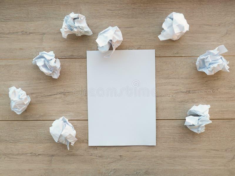 Skriva begreppet - skrynkligt upp pappers- buntar med ett ark av vitbok royaltyfria foton
