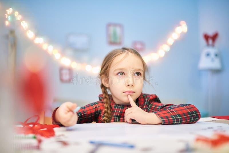 Skriva brevet till Santa Claus royaltyfri foto