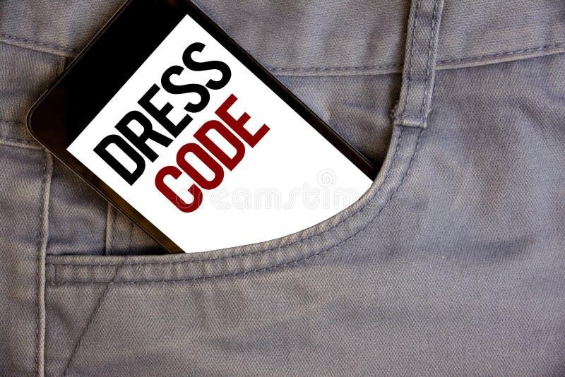 Skriva kod för anmärkningsvisningklänning Affärsfoto som ställer ut regler av vad du kan bära och inte till skolan eller en event royaltyfri bild