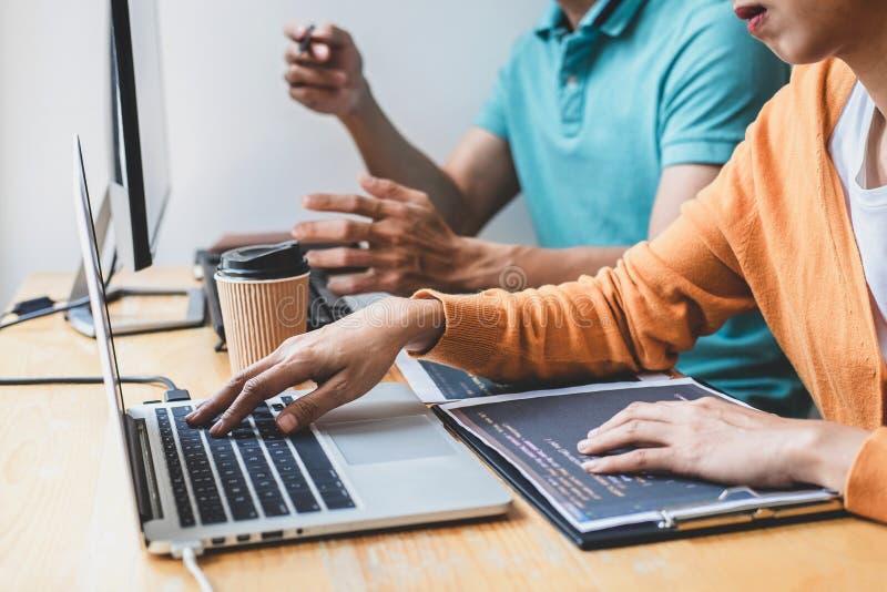 Skriva koder och skriva teknologi för datakod, programmerare som samarbetar att arbeta på webbplatsprojekt i en programvara som f arkivbild