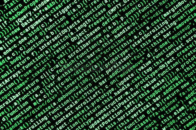 Skriva programmera kod på bärbara datorn Digital binära data på datorskärmen royaltyfri fotografi