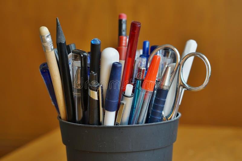 Skriva redskap i affärsmiljön med bollpennor, highlighters och pennor fotografering för bildbyråer