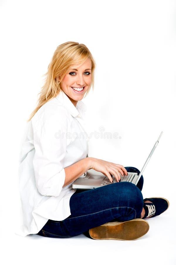 skrivande kvinna för härlig blond bärbar dator arkivfoton