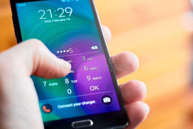 Skrivande in stift på mobiltelefonen royaltyfri foto