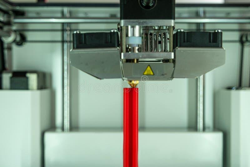 skrivare 3D på arbetsbyggnad en plast- prototyp för vetenskap i forskninglabbet, detaljer, closeup royaltyfria foton