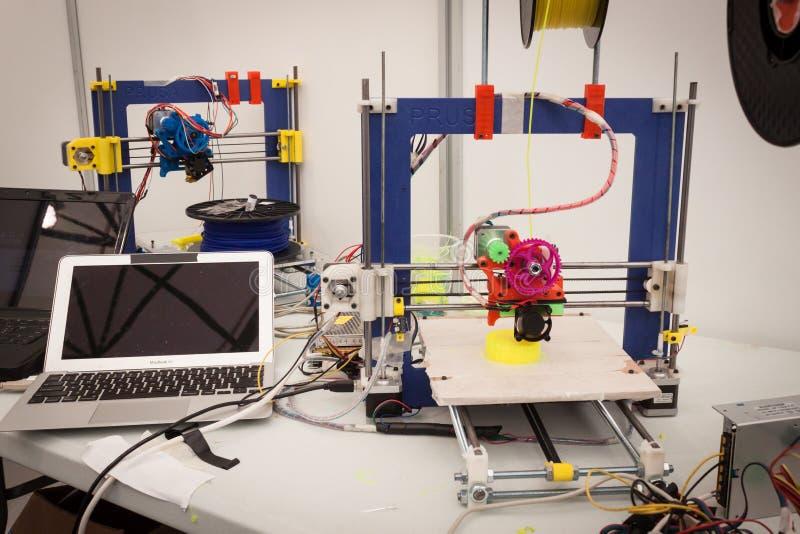 skrivare 3d på robot- och tillverkareshowen royaltyfri fotografi