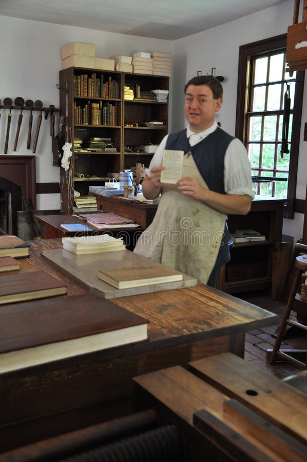 Skrivare och limbindning i koloniinvånaren Williamsburg, Virginia arkivbilder