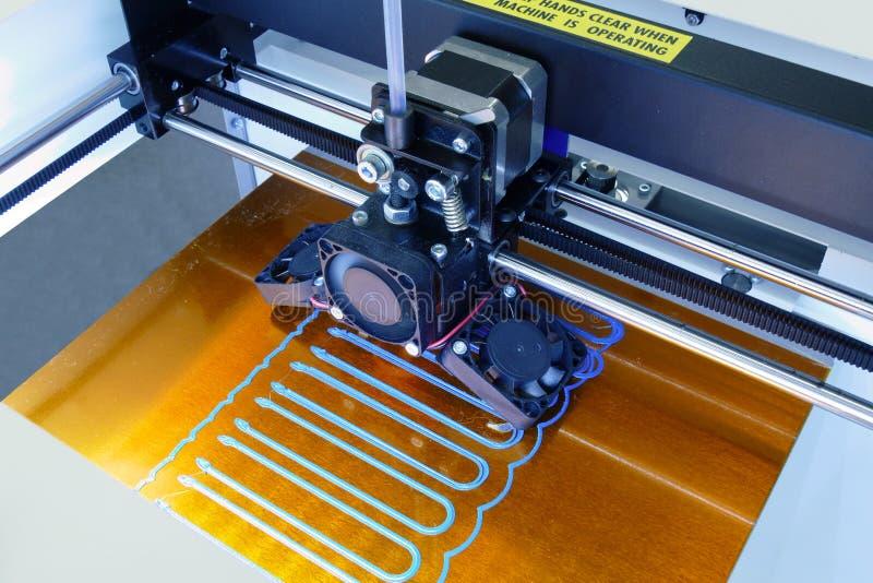 skrivare som 3D gör objekt royaltyfria bilder