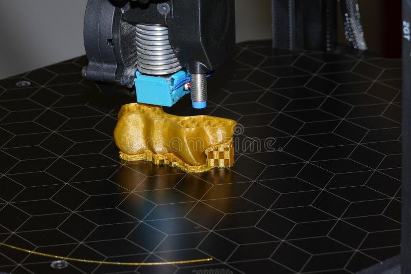 skrivare som 3D gör objekt arkivfoton
