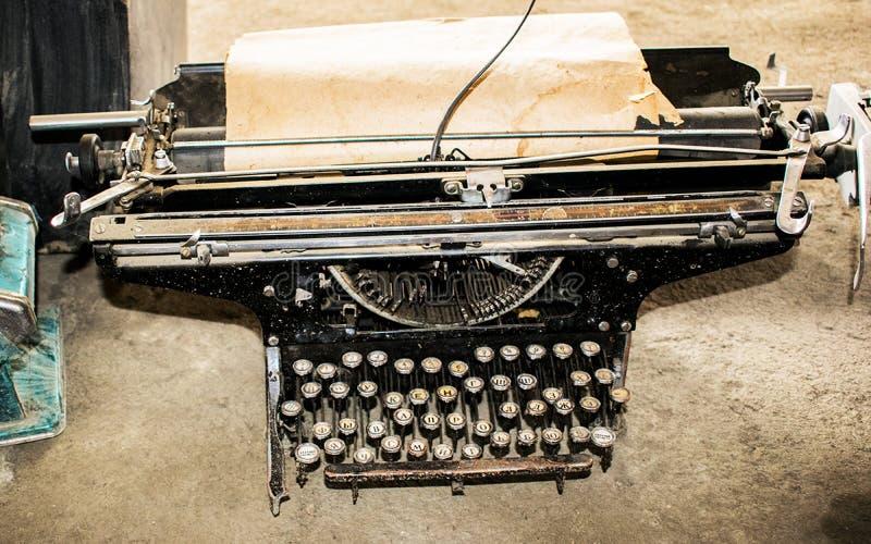Skrivaren är gammal. Skrivare för vintage, skrivmaskin för vintage royaltyfri bild