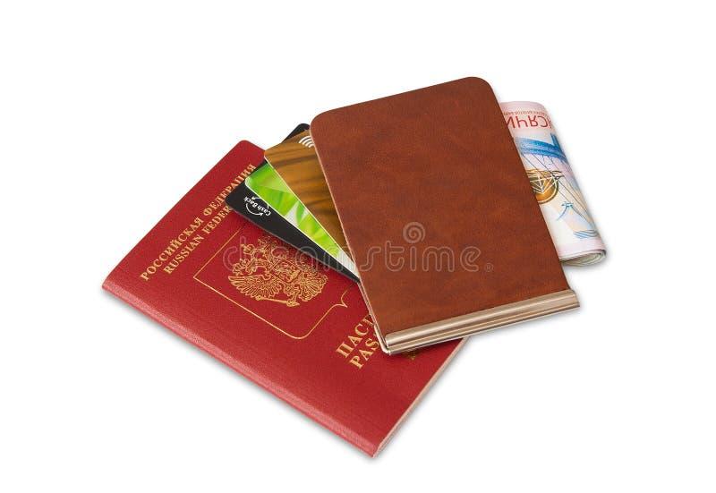 Skrivbord av den vanliga handelsresanden - vinkelsikt Sammansättningen av nödvändiga objekt för tur: pass med stämplar för åtskil arkivbild