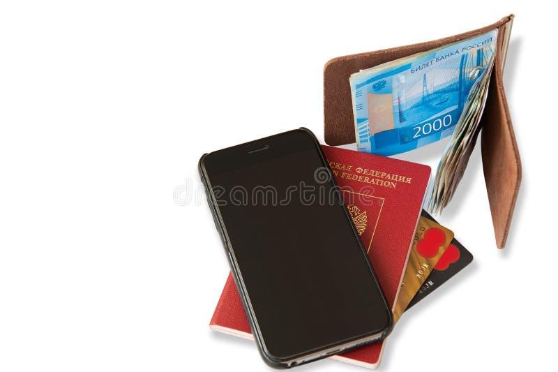 Skrivbord av den vanliga handelsresanden - vinkelsikt Sammansättningen av nödvändiga objekt för tur: pass med stämplar för åtskil royaltyfri foto