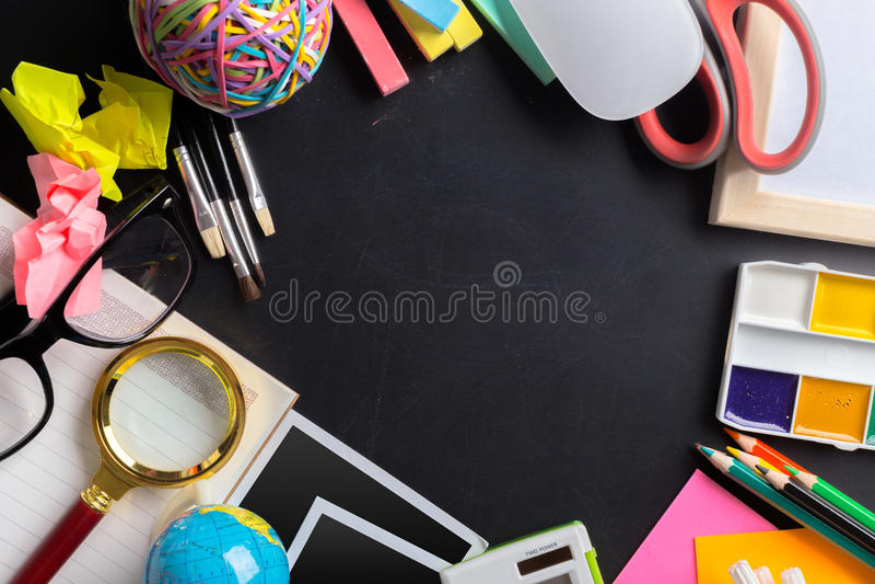 Skrivbord av en konstnär arkivfoton