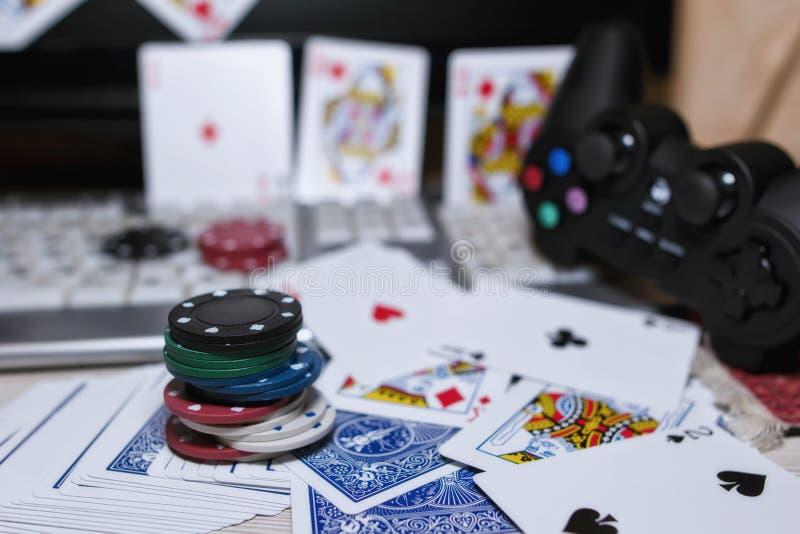 Skrivbord av spelaren i online-kasino med spridda kort och po royaltyfri foto