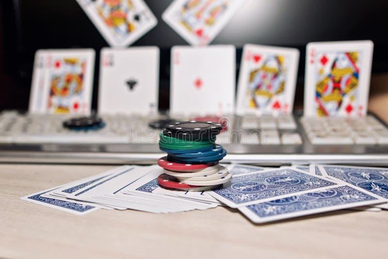 Skrivbord av spelaren i online-kasino med spridda kort och po fotografering för bildbyråer
