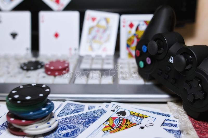 Skrivbord av spelaren i online-kasino med spridda kort och po arkivbilder