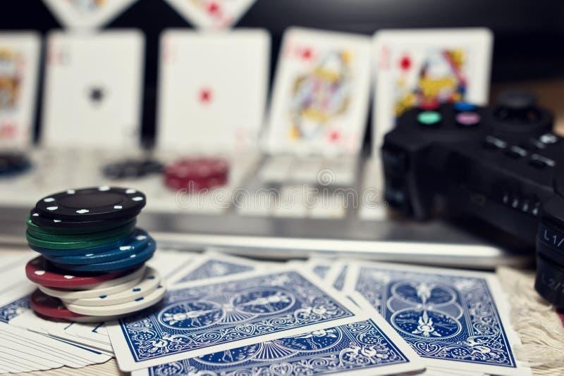 Skrivbord av spelaren i online-kasino med spridda kort och po royaltyfri bild