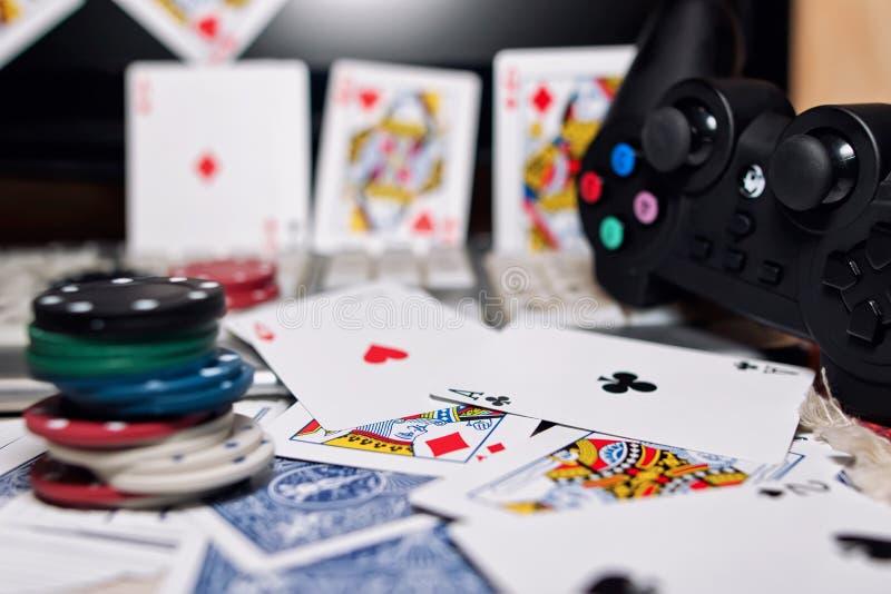 Skrivbord av spelaren i online-kasino med spridda kort och po arkivbild