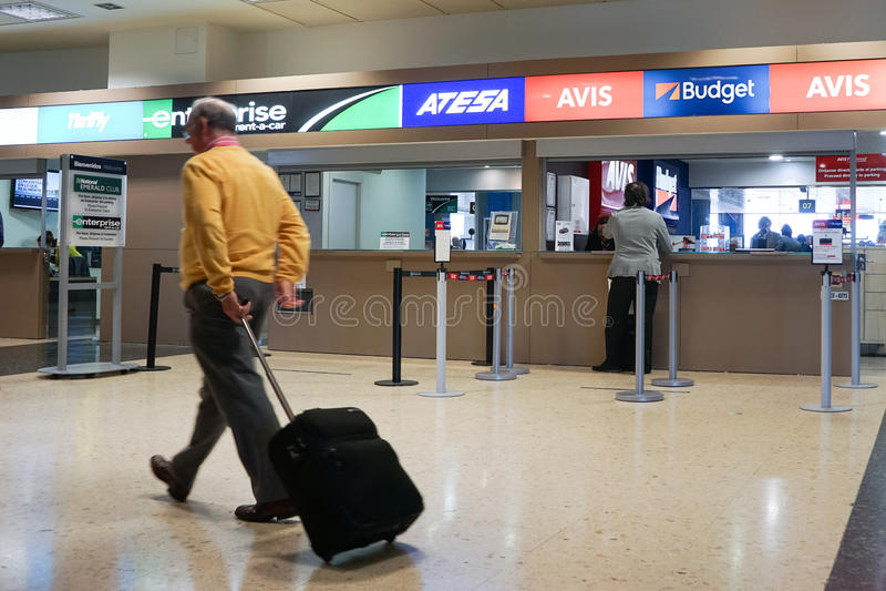 Skrivbord för flygplatsbilhyra fotografering för bildbyråer