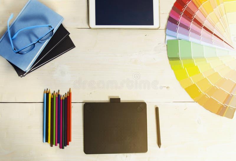 Skrivbord för grafiska formgivare för bästa sikt arkivbilder