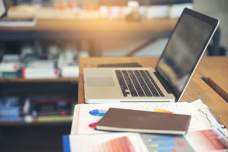 Skrivbord för kontor för affärsdator med den skrivbords- bärbara datorn, anteckningsbok, penna och årsrapporter, summarisk rappor royaltyfria foton
