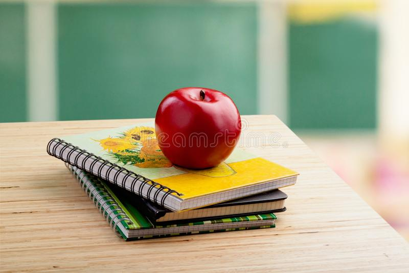 Skrivbord för ` s för skolalärare royaltyfri foto