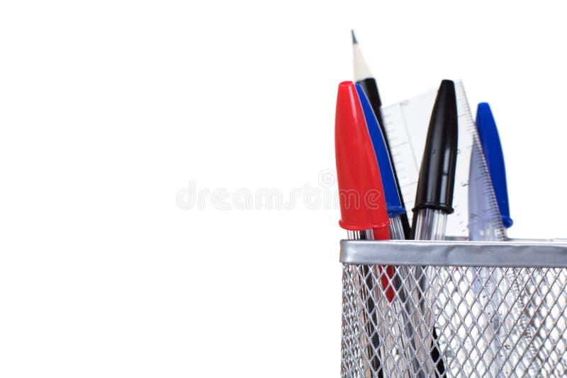 Skrivbord för trådingrepp som är rumsrent med pennor och en linjal royaltyfria bilder