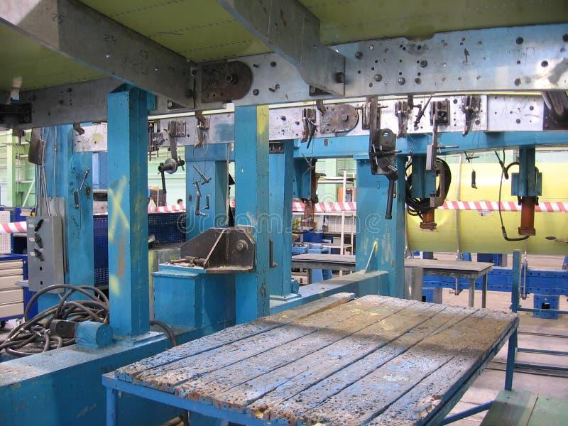 Skrivbord i mekanism för industriell utrustning för produktionkorridorfabrik royaltyfria foton
