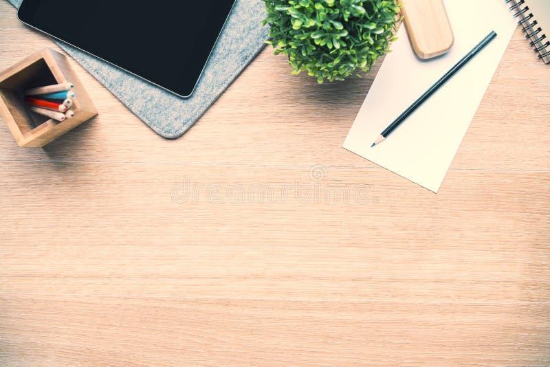 Skrivbord med hjälpmedel och växten arkivfoton