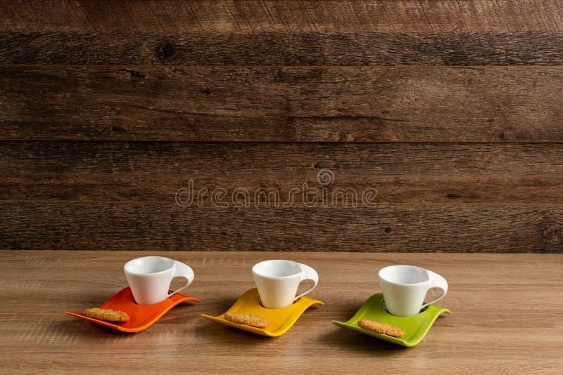 Skrivbord med kaffekoppar som väntar för att fyllas arkivfoto