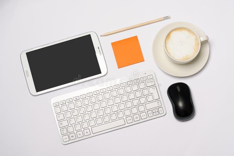 Skrivbord med kontorsobjekt fotografering för bildbyråer