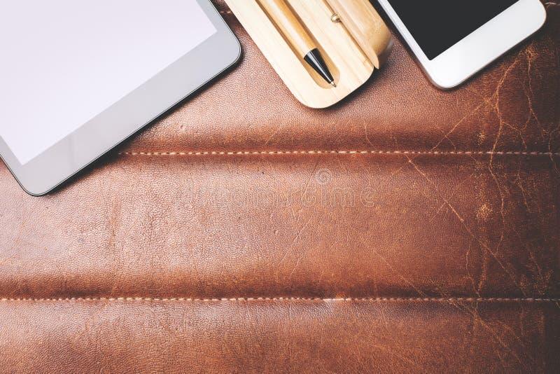 Skrivbord med smartphonen och blocket arkivfoto