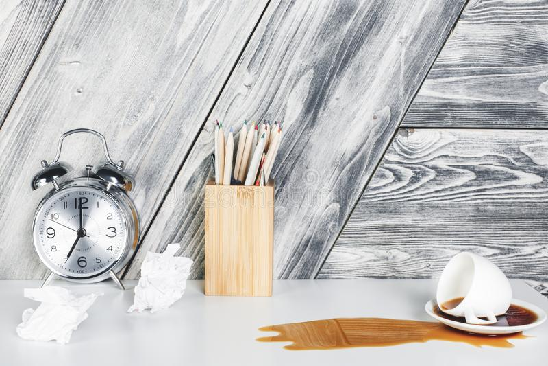 Skrivbord med spillt kaffe royaltyfri bild