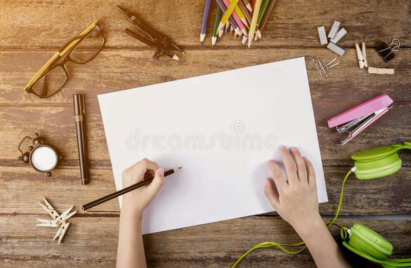 Skrivbordet av en konstn?r med massor av brevpapper anm?rker h?rlig f?r studiokvinna f?r par dans skjutit barn arkivfoton