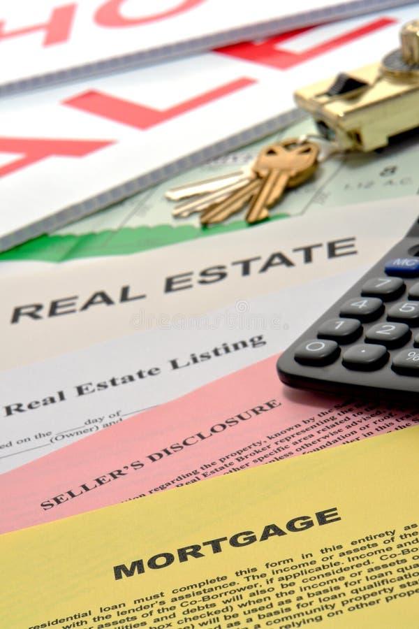 skrivbordet documents den home verkliga fastighetsmäklareförsäljningen för godset arkivfoto