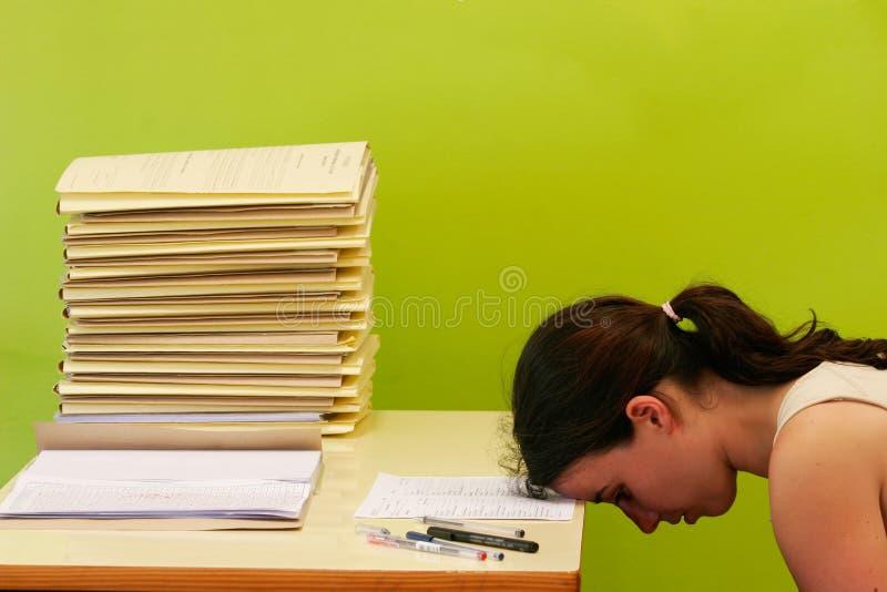 skrivbordet har henne enormt spänningskvinnaarbete arkivbilder