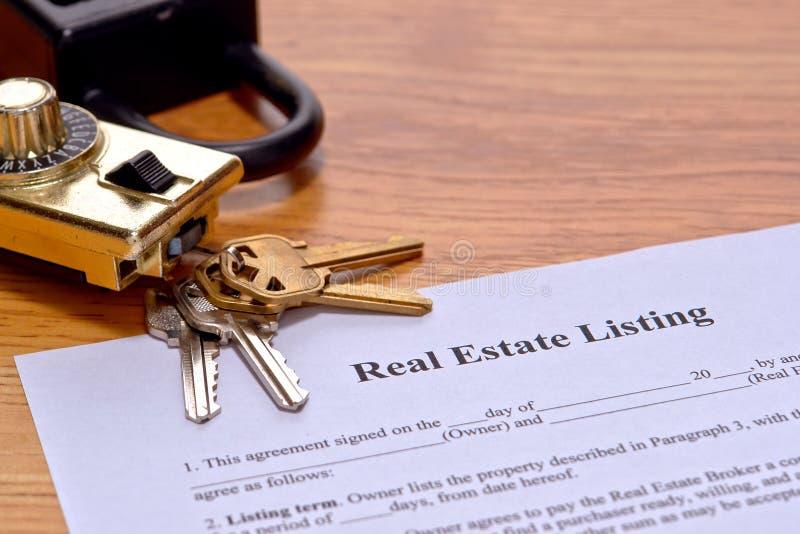 skrivbordförlagegods som listar verklig fastighetsmäklare arkivfoto
