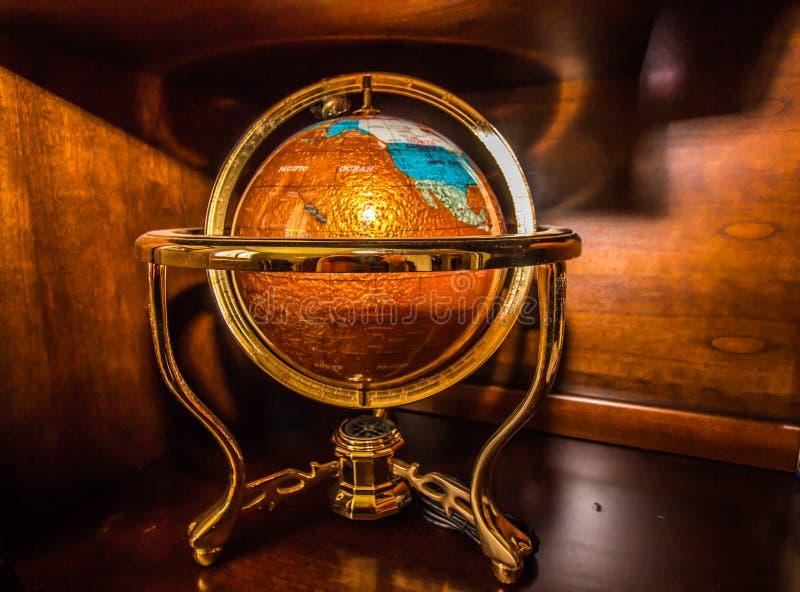Skrivbordjordklot av världen i metallställning royaltyfri bild