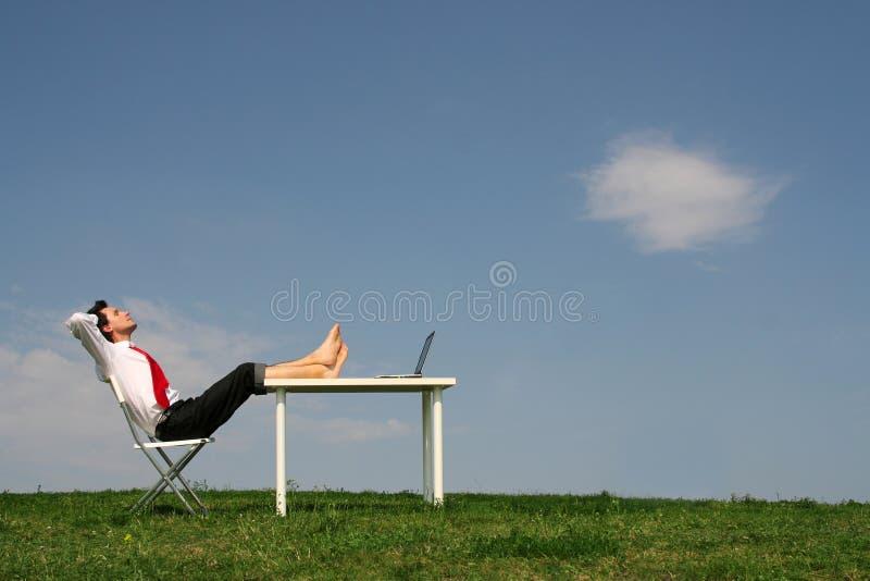 skrivbordman som sitter utomhus royaltyfri bild